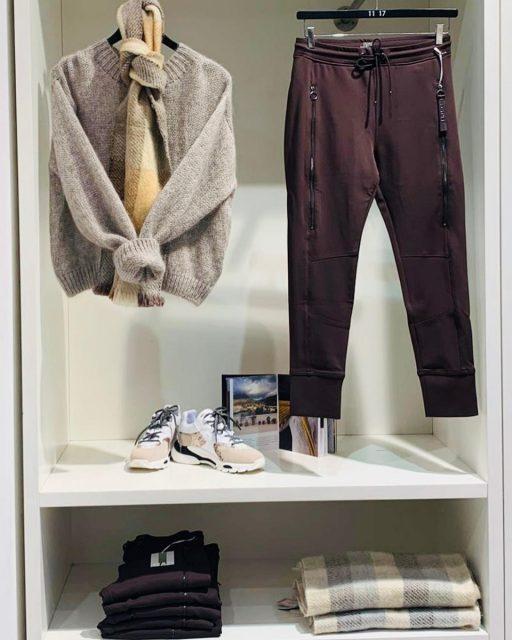 De set van vandaag is deze trui van Knit-ted in een mooie mengkwaliteit van wol, mohair en alpaca 🤩  De pantalon kennen velen van jullie als de future pant in een mooie bruine kleur (Francoise is er een enorme fan van), de gympen zijn van Toral, de sjaal van InTi en allemaal weer in de aanbieding! ❤️🙏🏻  Nu allemaal gemakkelijk te bestellen door op de producten in deze foto te klikken, in onze nieuwe webshop www.Diciassette.nl of stuur ons even een berichtje 🙏🏻☺️